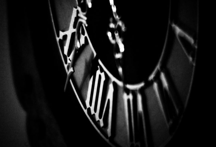 svart hvitt macrobilde av en klokke