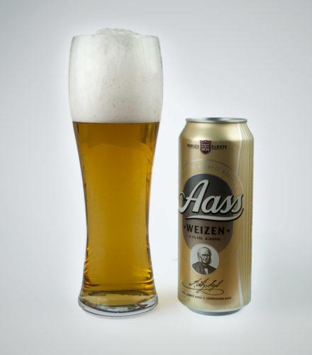 Produktbilde av en boks Aass hveteøl med et fult ølglass ved siden av