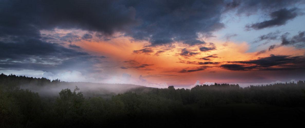 Bilde av rød kveldshimmel med råtåke på bakken
